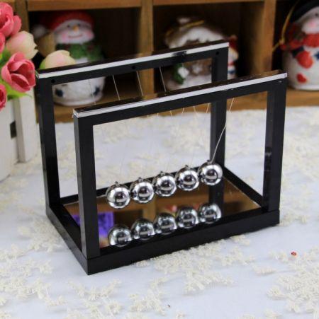 Шары ньютона на черной подставке с зеркалом 16х11.7х8.5см